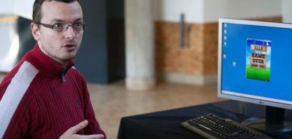 Julien Bernard explique quelque chose devant un écran d'ordinateur