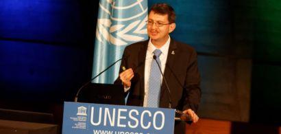John Dudley pendant son discours lors de la soirée d'ouverture de l'Année internationale de la lumière à l'Unesco
