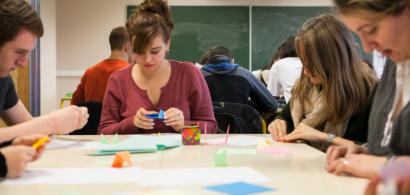 Des lycéens participant à un atelier origami lors d'une précédente journée de découverte