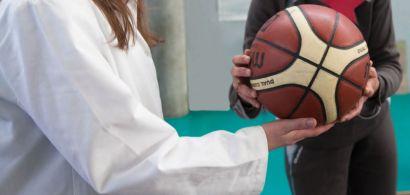Quelqu'un en blouse tend un ballon à quelqu'un d'autre
