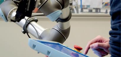 Une personne programme un robot