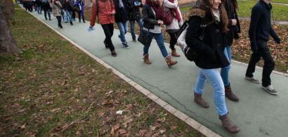 Des gens en train de marcher sur le campus