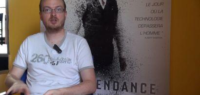 Julien Bernard devant une affiche de cinéma