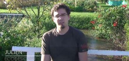 Un jeune homme assis sur un banc dans un parc