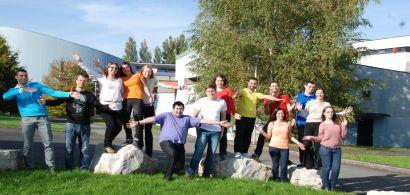 Un groupe d'étudiants pose devant les locaux de l'IUT.