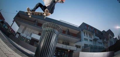 Jeune skateur en pleine acrobatie au-dessus d'une poubelle