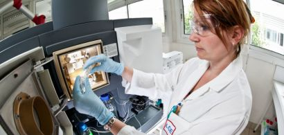 Une chercheuse au laboratoire QUALIO