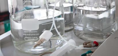 Flacon d'eau à analyser en laboratoire
