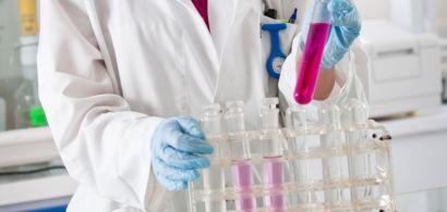 Une chimiste en blouse blanche avec des tubes à essai