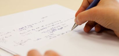 Un étudiant en mathématiques prenant des notes