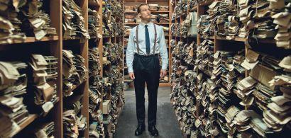 Photo extraite du film montrant le personnage principal dans une salle d'archives