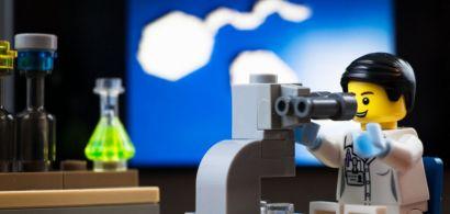 Bonhomme Légo chercheur qui regarde dans un microscope