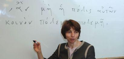 Marie Rose Guelfucci devant un tableau avec du texte en grec ancien