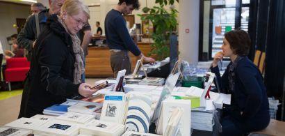 Le public découvre les livres d'auteurs francs-comtois.