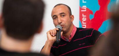 Bouziane Belghorzi au micro devant les étudiants.