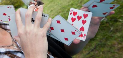 Magicien manipulant un jeu de cartes