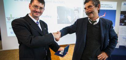 Jean-Yves Marzin remet la médaille d'argent du CNRS à John Dudley