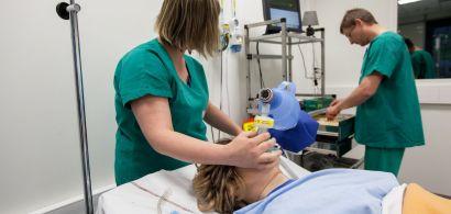 Deux médecins soignent une patiente dans un hôpital