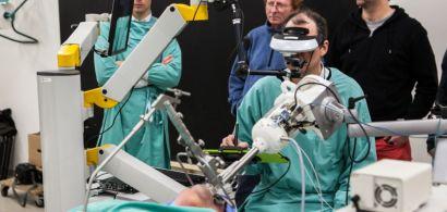 Un chirurgien opère avec un dispositif de visualisation sous le regard des chercheurs.