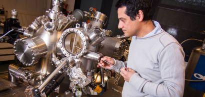 Franck Palmino et son microscope.