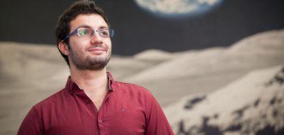 Photo du doctorant avec un fond représentant l'espace et une planète derrière lui