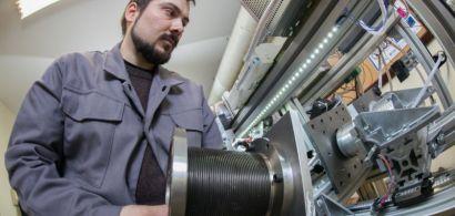 Mathieu Doubs en train de travailler sur le moteur Energine.