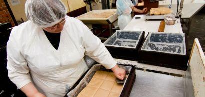 L'intérieur d'une fabrique de pâtisseries artisanales.