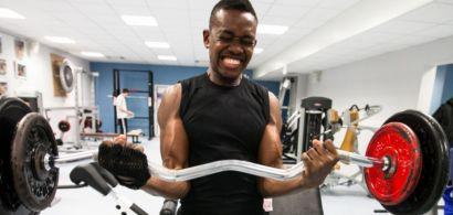 Un jeune sportif s'entraîne en salle de musculation