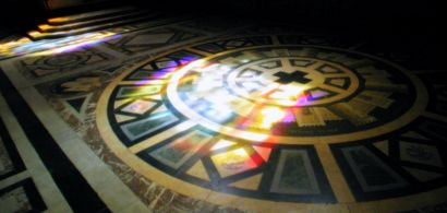 Reflet de vitraux sur un sol d'église.