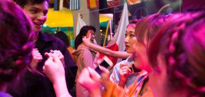 Groupe d'étudiants lors d'une discussion animée lors d'une soirée internationale.