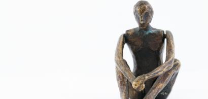 Statuette représentant un homme assis en tailleur