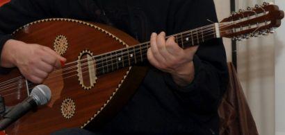 Un homme jouant du oud