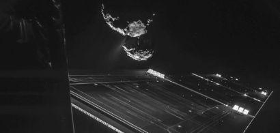 Vue de panneaux solères et d'une comète
