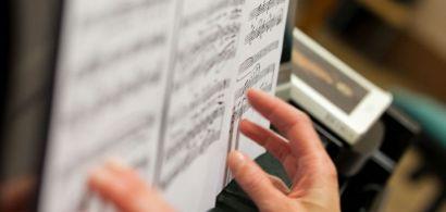 Une partition sur un piano