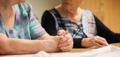 Deux dames âgées qui discutent