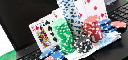 De jetons de poker sur un clavier d'ordinateur portable