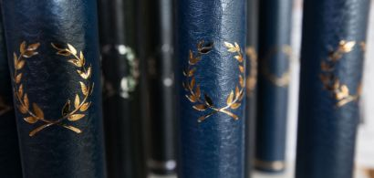 Une série de cylindres avec des lauriers dorés imprimés dessus.