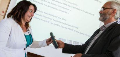 Hervé richard tend un prix à Charline Meudre