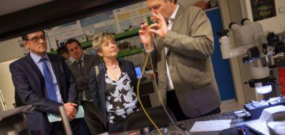 Marie-Guite Dufay en face d'un chercheur qui fait une démonstration lors d'une visite de labo.