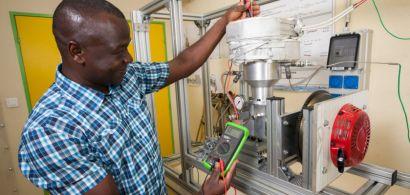 Un chercheur travaillant sur une machine Stirling