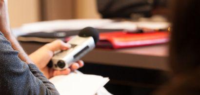 Photo d'un micro de radio pendant une conférence de presse