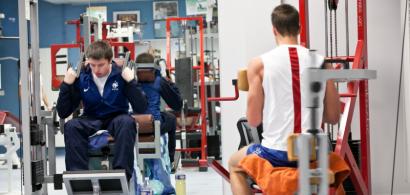 Des jeunes s'entraînent en salle de musculation
