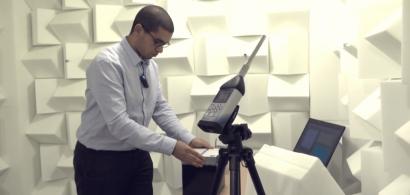 Un ingénieur de l'institut FEMTO-ST effectue des tests acoustiques dans la salle sourde (capture d'écran de la vidéo)
