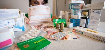 Une jeune femme qui se cache derrière des médicaments et des feuilles de soins