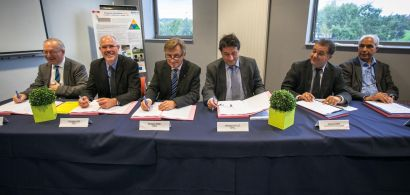 Personnalités officielles en train de signer la convention de création du collégium smyle.