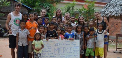 enfants et bénévoles devant un orphelinat