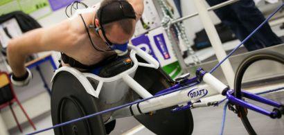 Julien Casoli sur son fauteuil avec un masque sur le visage pendant l'épreuve d'effort