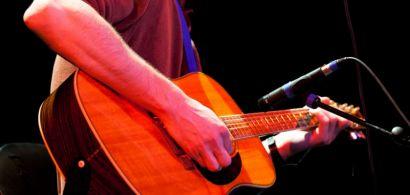 Un étudiant avec sa guitare