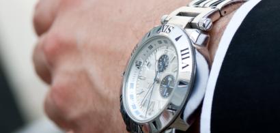 Une montre au poignet d'un homme