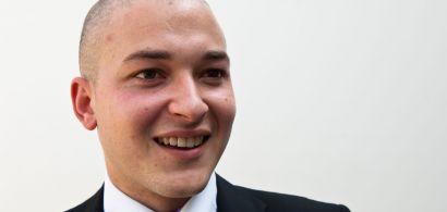 Un jeune homme en costume cravate